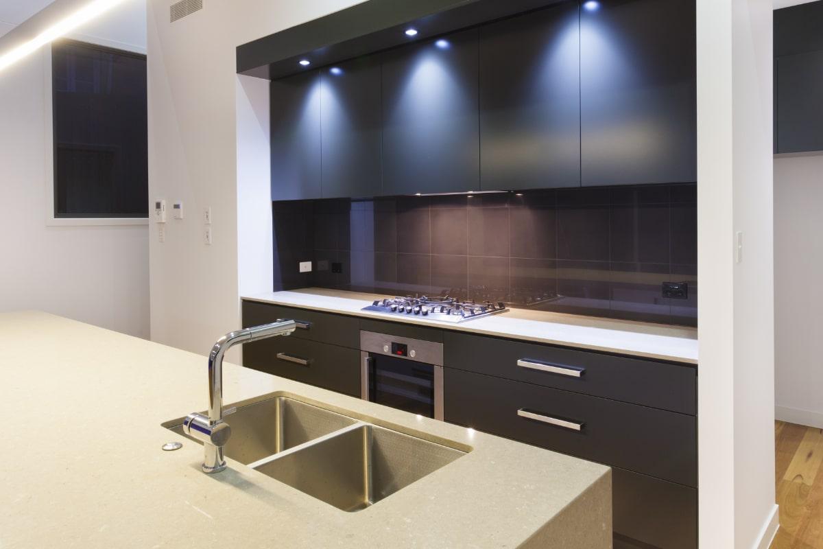 montage keukenkraan op het keukenwerkblad